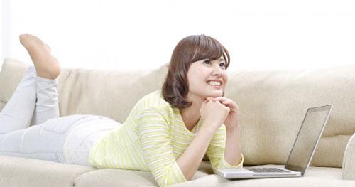 ネットで買い物をする女性
